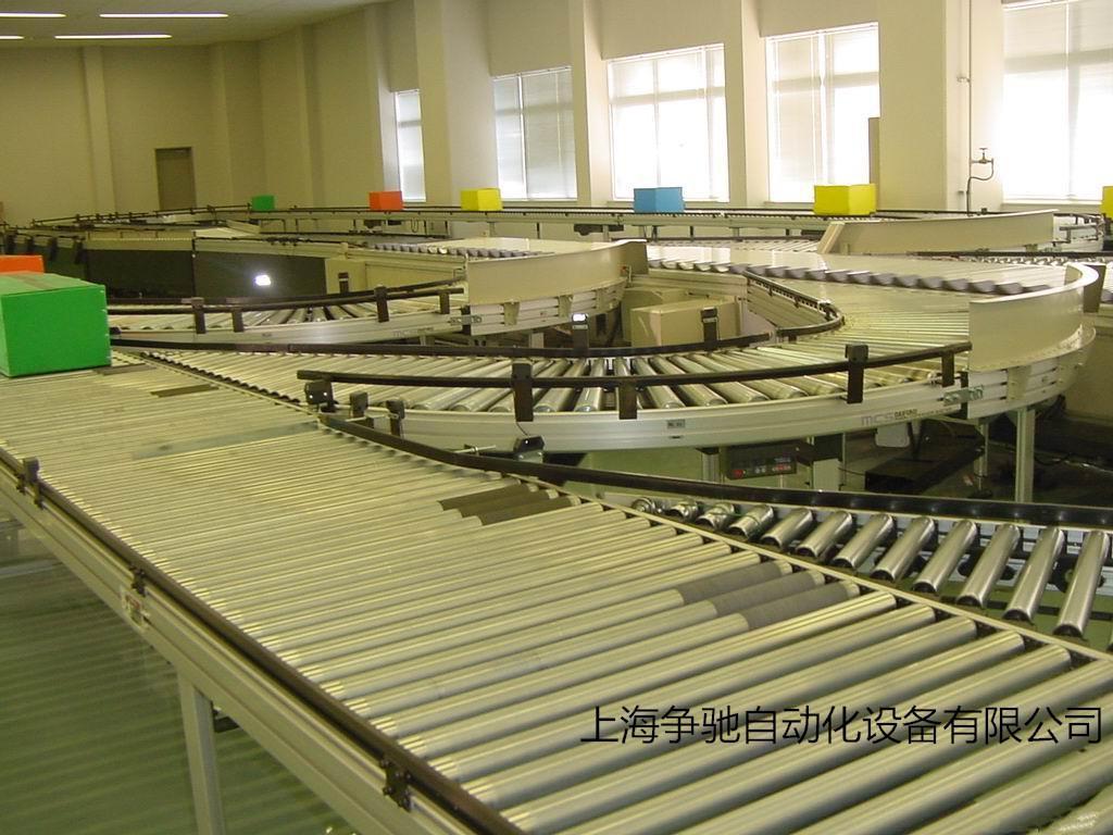 """产品说明: 交叉带式分拣系统由主驱动带式输送机和载有小型带式输送机的台车(简称""""小车"""")联接在一起,当""""小车""""移动到所规定的分拣位置时,转动皮带,完成把商品分拣送出的任务。因为主驱动带式输送机与""""小车""""上的带式输送机呈交叉状。根据作业现场的具体情况可分水平循环式或直行循环式。这款交叉带式分拣系统分拣能力非常的高,每小时能分拣6000~7700件物品,非常适合机场行李分拣和安检系。 目前物流行业的发展促使一些研发部门对自动化的研究,现"""